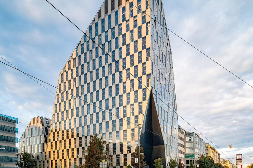 Architekti Crystalu Libor Hrdoušek a Radek Lampa rešpektovali okolitú zástavbu čomu prispôsobili aj zalomenie atiky.