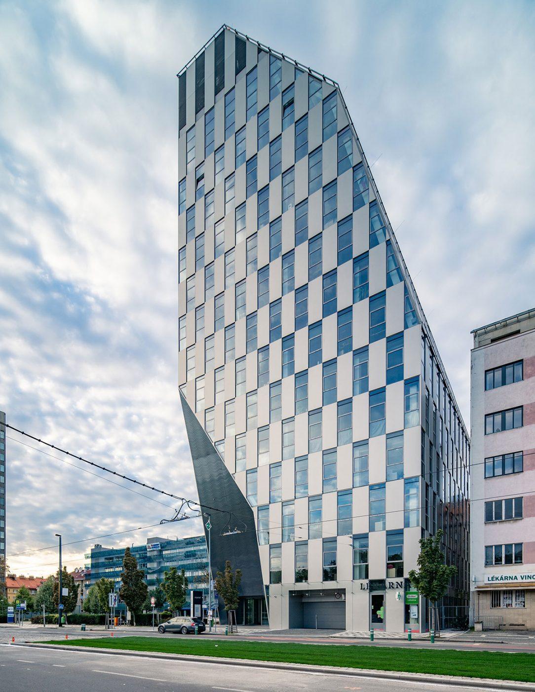 Fasáda budovy Crystal v Prahe je riešená tak aby podporila tému lesklého kryštálu.