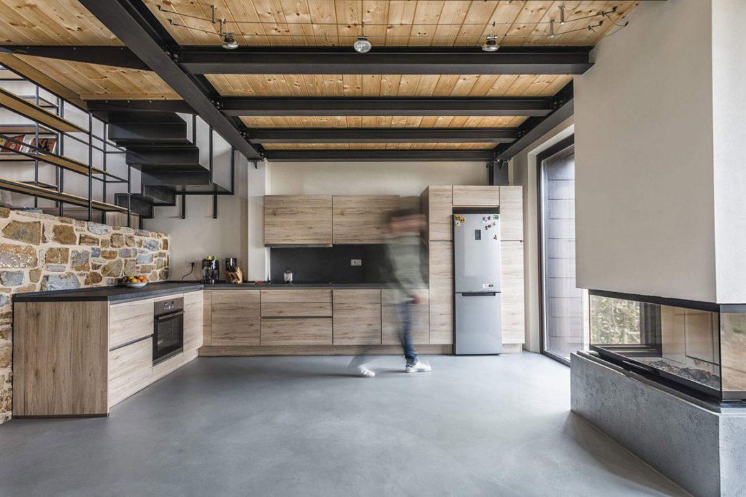 Kameň a drevo ako základné materiály domu sa objavujú aj v kuchyni