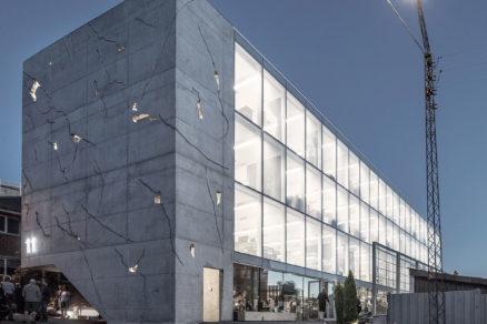 Kancelárska budova Sonnesgade 11. Transparentná fasáda poskytuje dokonalý prehľad o živote vo vnútri kancelárií.