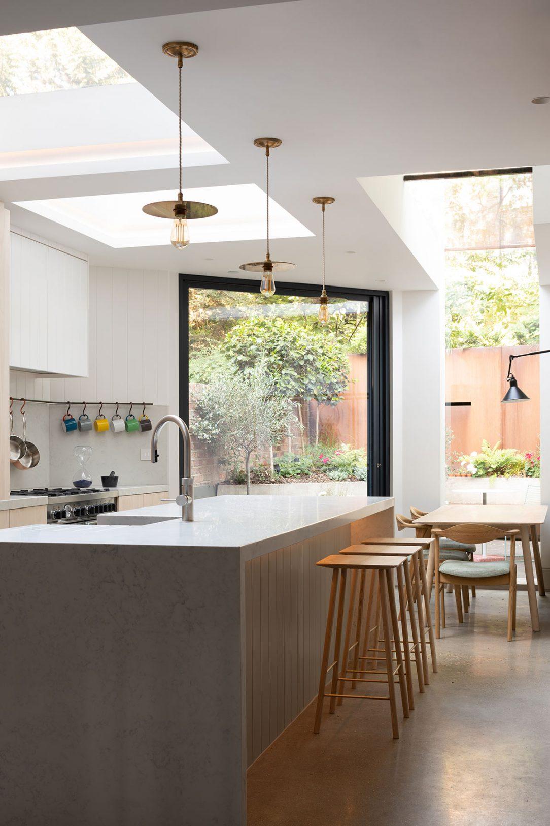 Kuchyňa jedáleň aj záhrada pôsobia ako jeden prepojený priestor