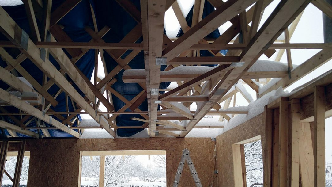 Obr. 2 Nedostatočná ochrana stavby pred poveternostnými vplyvmi