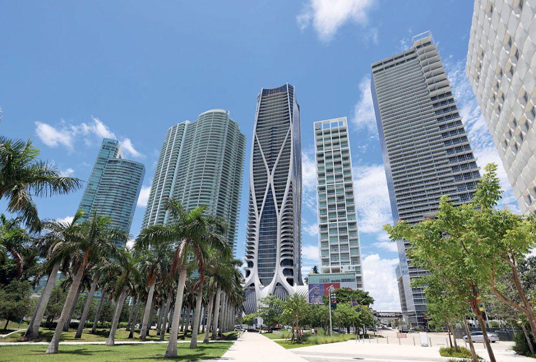One Thousand Museum v kontexte susedných mrakodrapov na ulici Biscayne Boulevard.