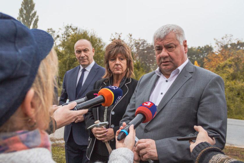 Stavbu záchytného parkoviska pri vlakovej stanici slávnostne otvoril minister dopravy a výstavby SR Árpád Érsek.