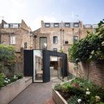 Tmavá kovová fasáda prístavby domu je odkazom na industriálne dedičstvo miestnej časti Londýna