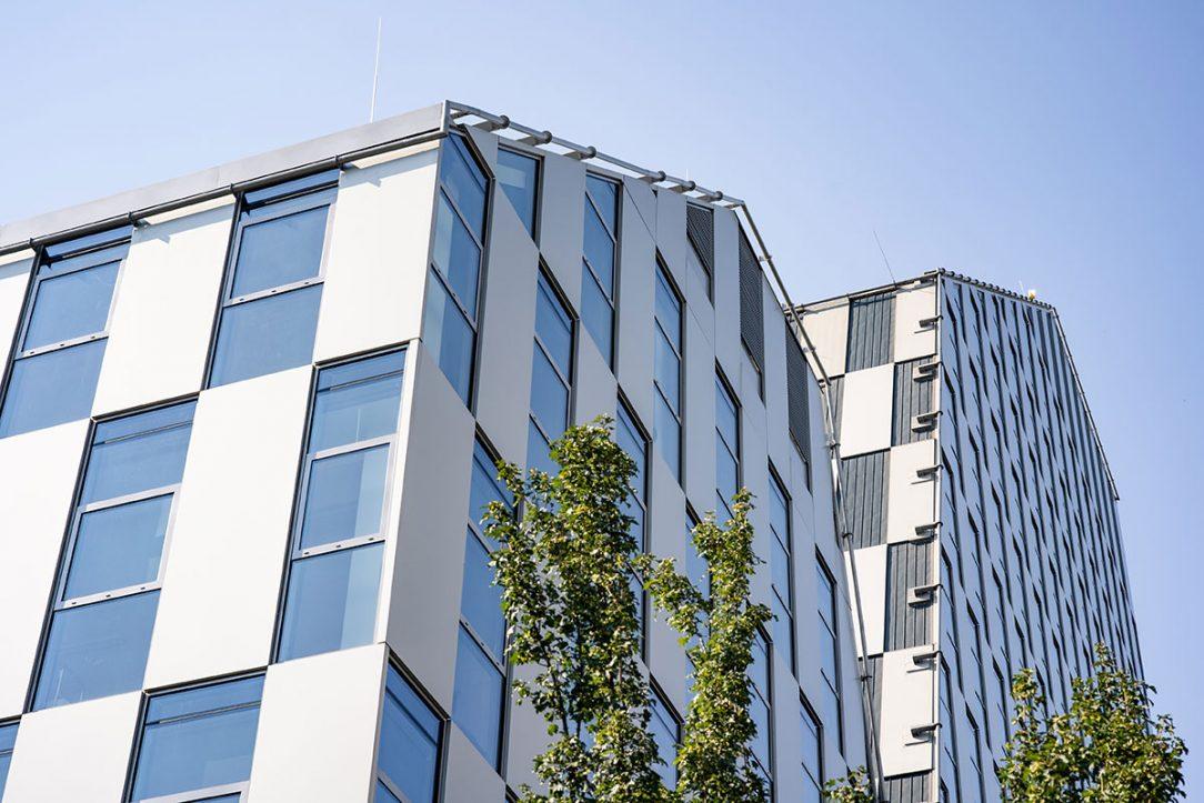 Vo fasáde sa pravidelne striedajú okno s čírym sklom od spoločnosti Guardian Glass s predsadeným panelom z hliníkového plechu čím vzniká efekt šachovnice.