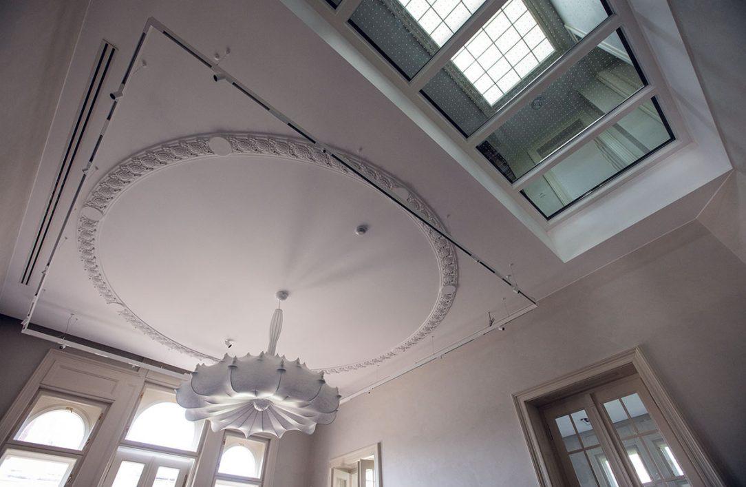 asť pôvodného povalového stropu bolo nutné nahradiť. Zasklenením poškodenej časti sa do interiéru dostalo prirodzené svetlo.