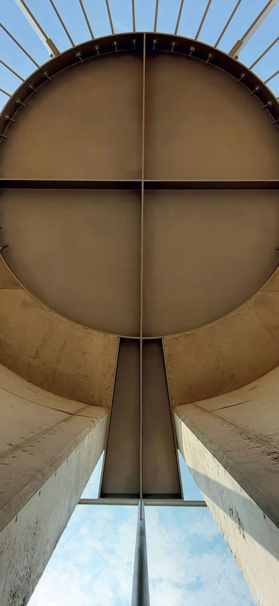 Chrlič s vertikálou kaplnky uchytenie kríža detail zastrešenia.