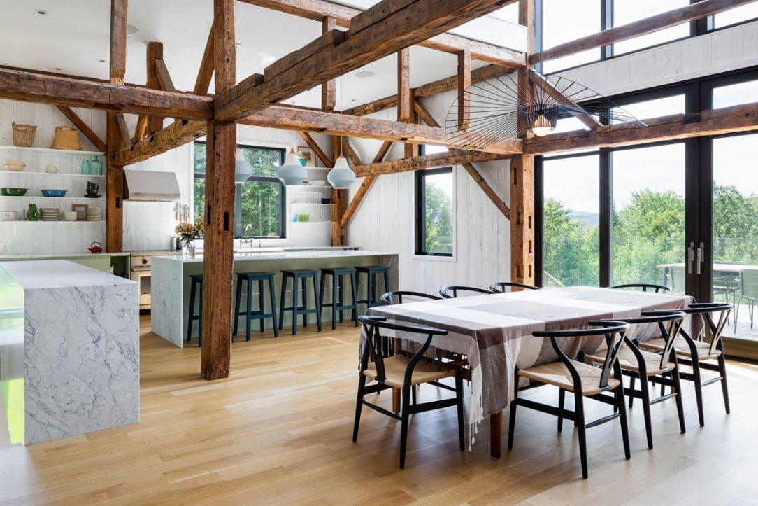 Jedáleň prepojená s obývacou izbou a kuchyňou má dvojnásobnú výšku.