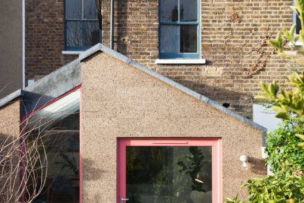 Moderný výraz prístavbe dodáva obloženie z prírodného korku.