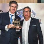 Riaditeľ obchodnej pobočky Helske Energy Save v Španielsku Gorka Otegui (vľavo) pri preberaní ocenenia od manažéra nákupu spoločnosti BigMat, ktorá bola partnerom podujatia - Juan José Marichalara.