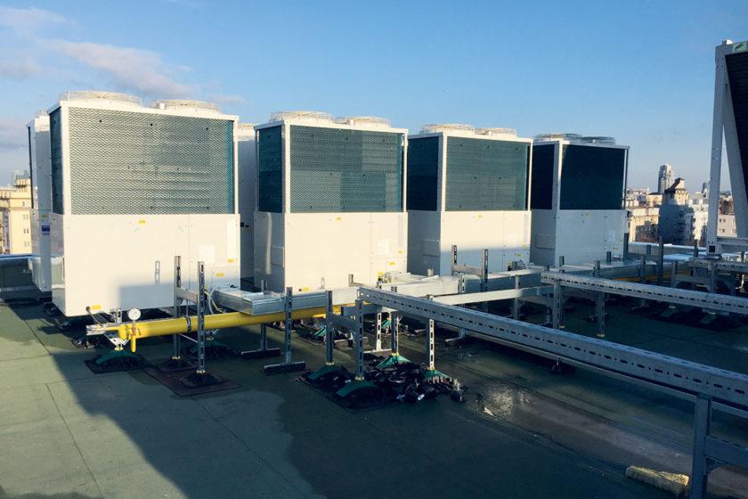 Obr. 2 Vonkajšie jednotky plynových tepelných čerpadiel AISIN TOYOTA sú inštalované na streche objektu nad 6. NP.