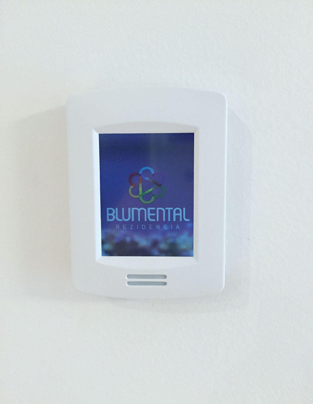 Obr. 7 Zónovú reguláciu v priestoroch riešia priestorové termostaty so snímaním teploty a vlhkosti na lokálne riadenie požadovanej teploty užívateľom.
