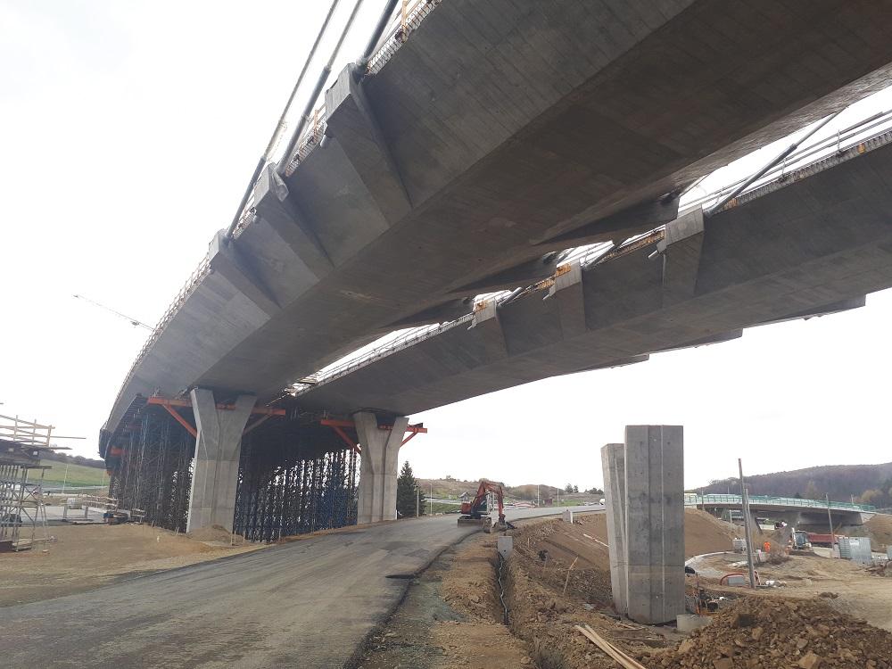 Piliere a zavesená mostovka mostného objektu 201-00 Most nad vetvami križovatky Prešov, západ