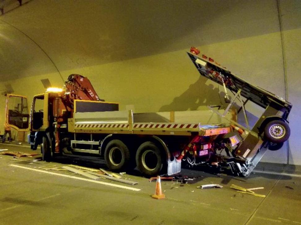 Poškodené vozidlo prevádzkovateľa ktoré tvorilo zákryt pracovného miesta.