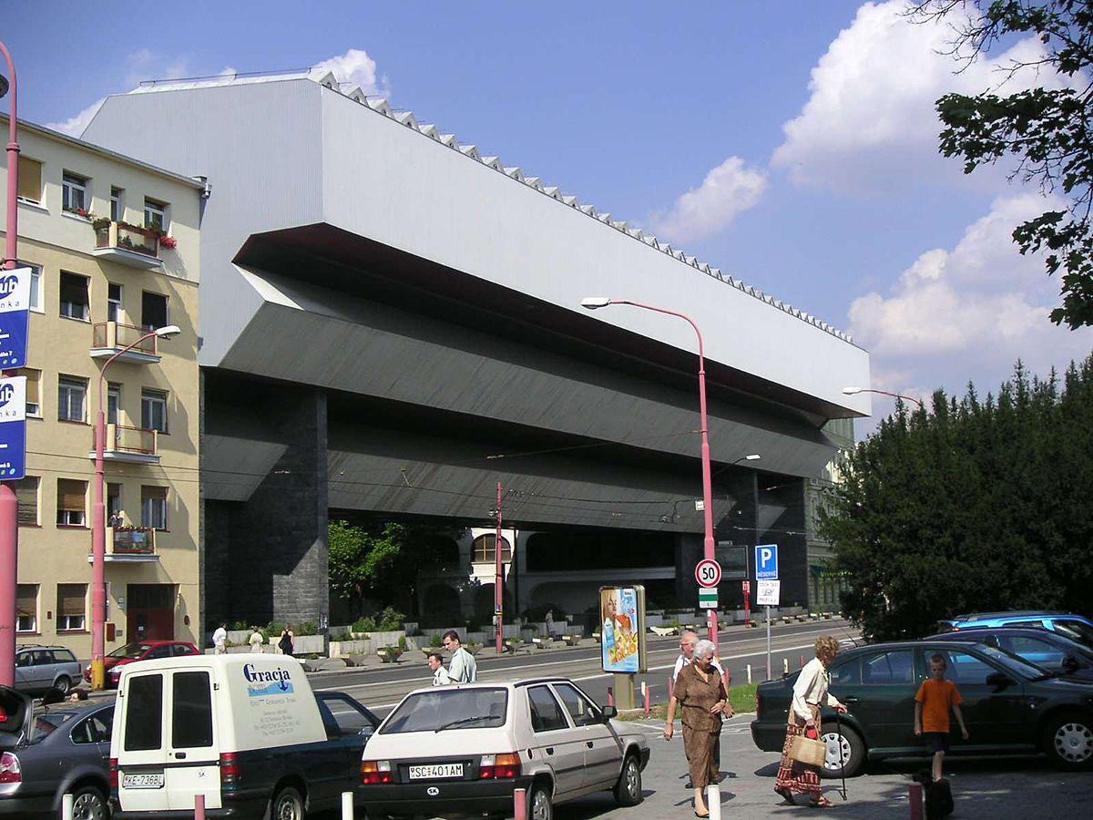 """Premostenie Slovenskej národnej galérie (1979) patrí k najkontroverznejším motívom modernej architektúry v Bratislave. Verejnosť s ňou stále nie je stotožnená, odborníci ju však takmer bezvýhradne prijímajú. Dokonca aj vplyvná osobnosť európskej architektúry Wolf Prix z Coop Himmelb(l)au o nej nadšene hovoril ako o """"skvelom príklade brutalistickej architektúry s jednoduchými formami""""."""