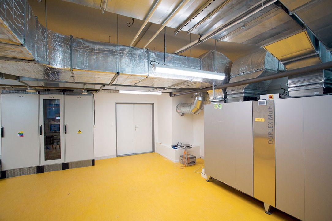 Technologickú miestnosť scentrálnou vetracou jednotkou, rozvodmi aso zázemím pre fotovoltický systém sakumuláciou využíva škola aj pri vyučovaní odborných predmetov.