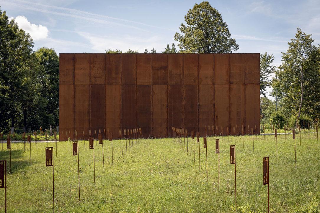 Z atmosférickej ocele sú zhotovené označenia hrobov aj informačné tabule.