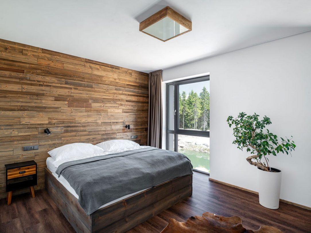 Dominantou interiéru sú drevené obklady zo starého dreva s kartáčovaným povrchom. Deceuninck