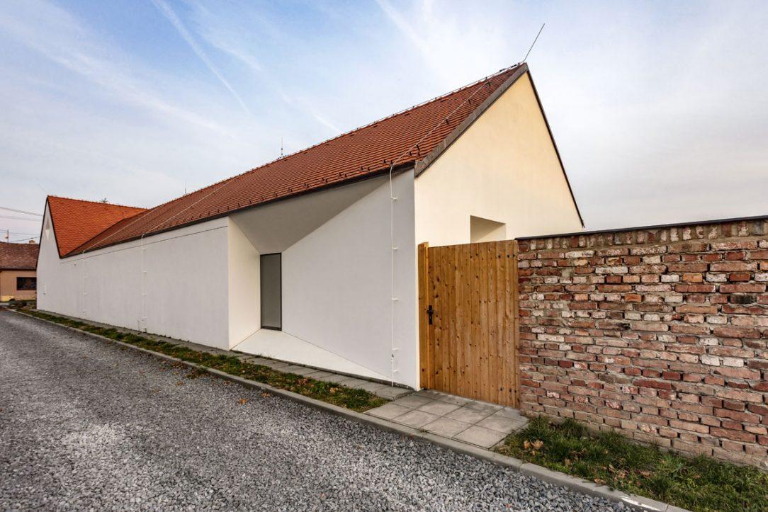 Moderný vidiecky dom so sedlovou strechou