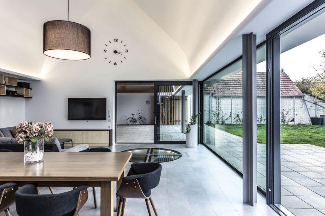Na obývaciu izbu nadväzuje vonkajšia terasa