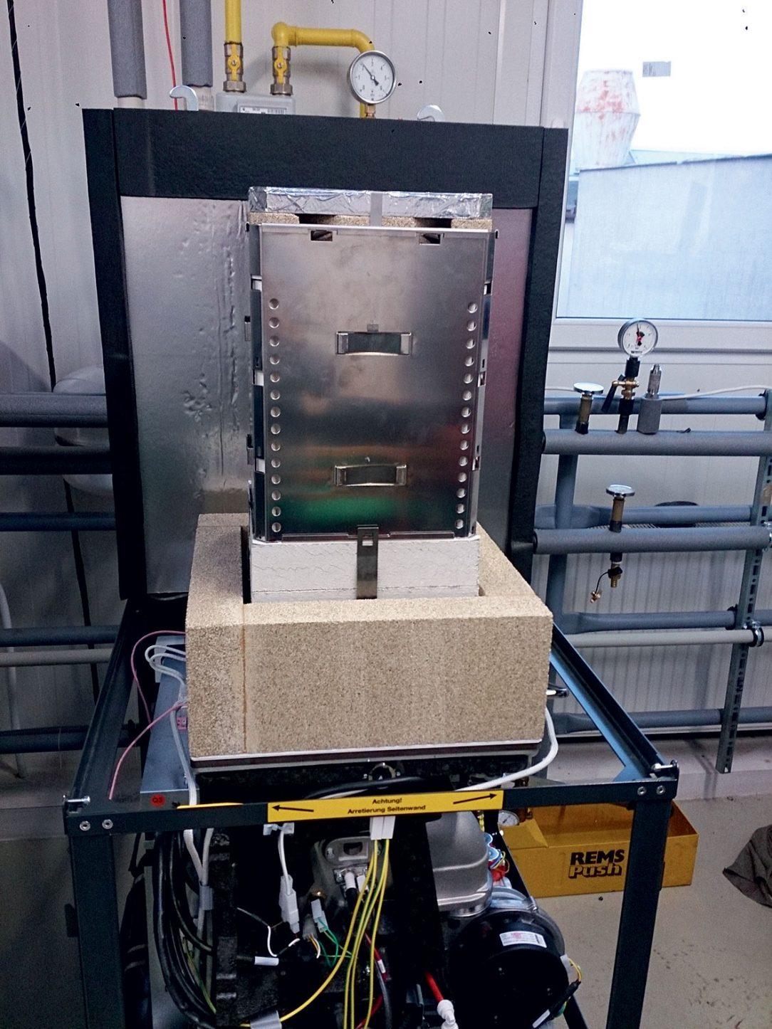Obr. 1 Mikrokogeneračná jednotka s palivovými článkami a) pohľad na modul palivových článkov – vrchná časť jednotky