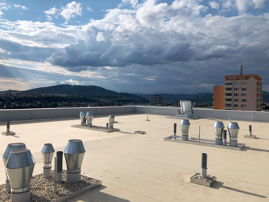 Plochá strecha ukončená mPVC fóliou ktorá tvorí podklad pod systémom vegetačnej strechy na bytovom dome Rudiny 2.