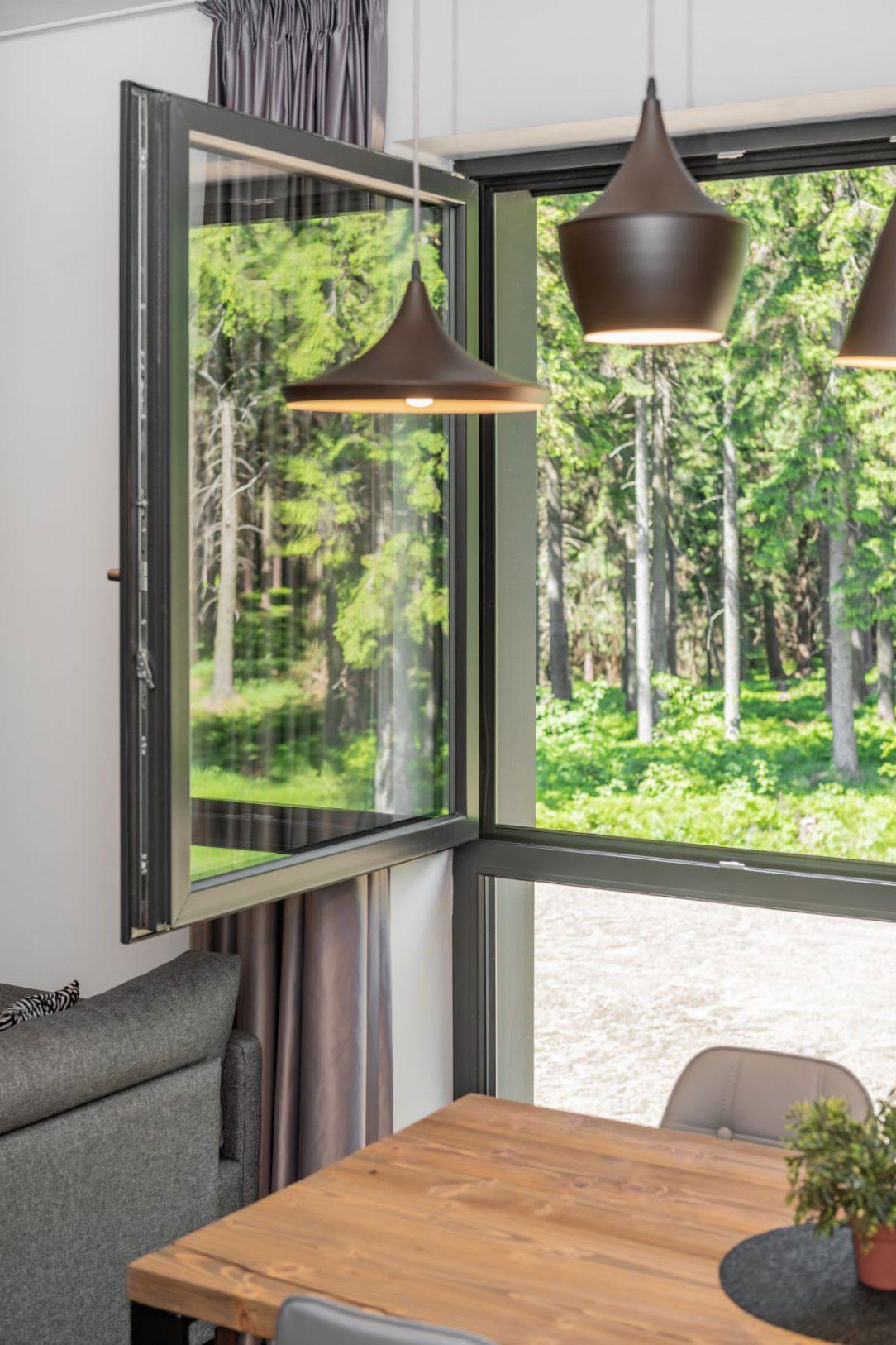 V apartmánoch sú plastové okná zasklené izolačnými trojsklami. Ich životnosť sa odhaduje na 40 až 60 rokov. Deceuninck