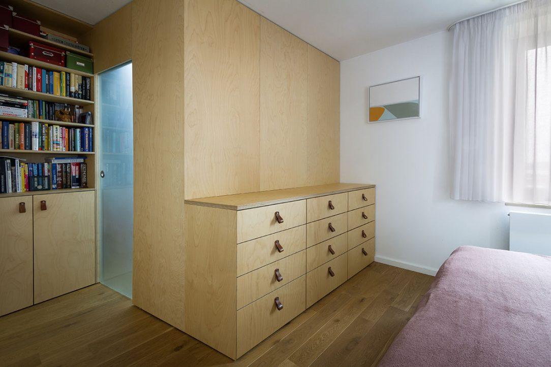 V celom dome nájdeme vstavaný nábytok z brezovej preglejky doplnený úchytkami z kože