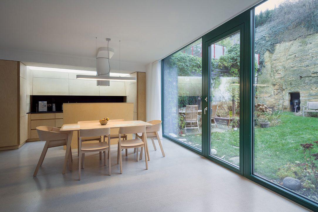 Veľké zasklenie spája interiér so záhradou