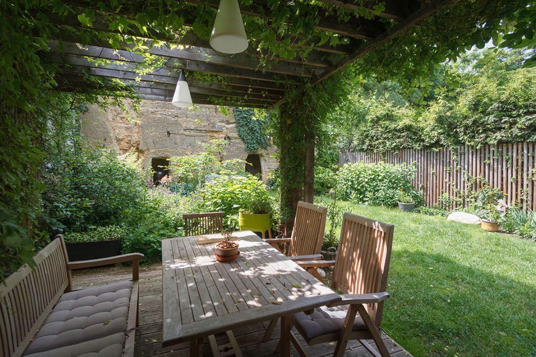 Záhradné sedenie pod pergolou