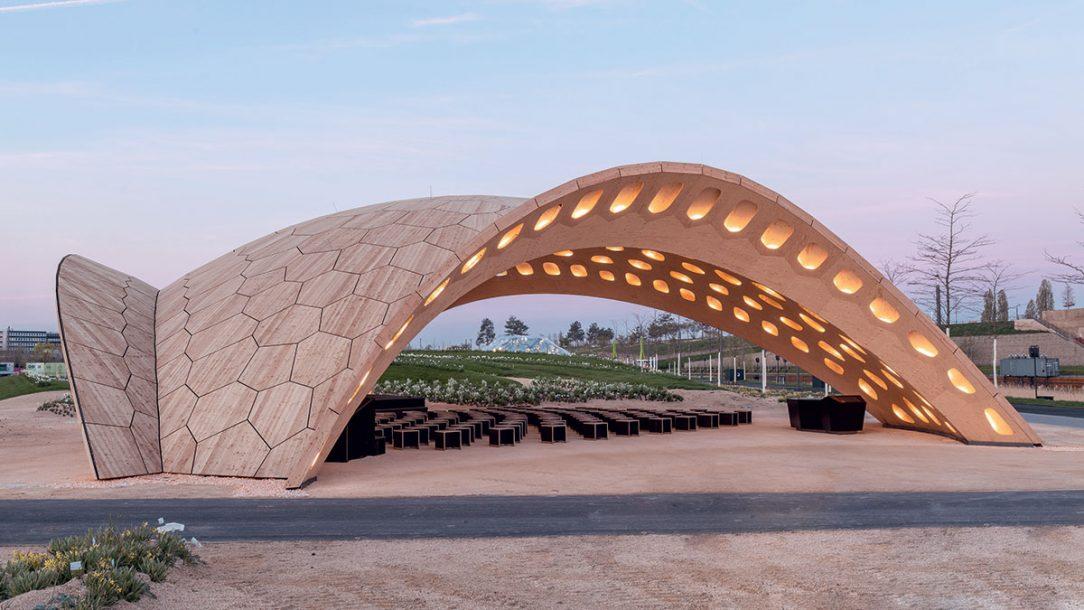 BUGA Wood bol inšpirovaný kostrou morského ježka. V pozadí pavilón BUGA Fiber.