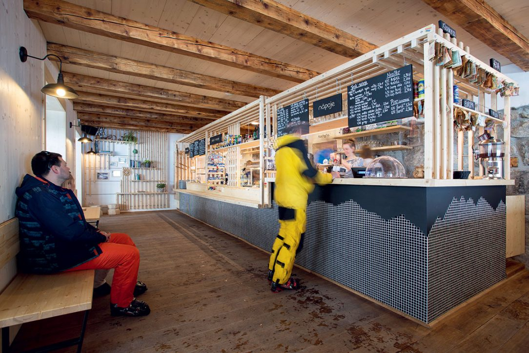 Bar má čiernu podnož z mozaiky ktorá vo zvýšenej časti s nápojmi vytvára panorámu Nízkych Tatier.