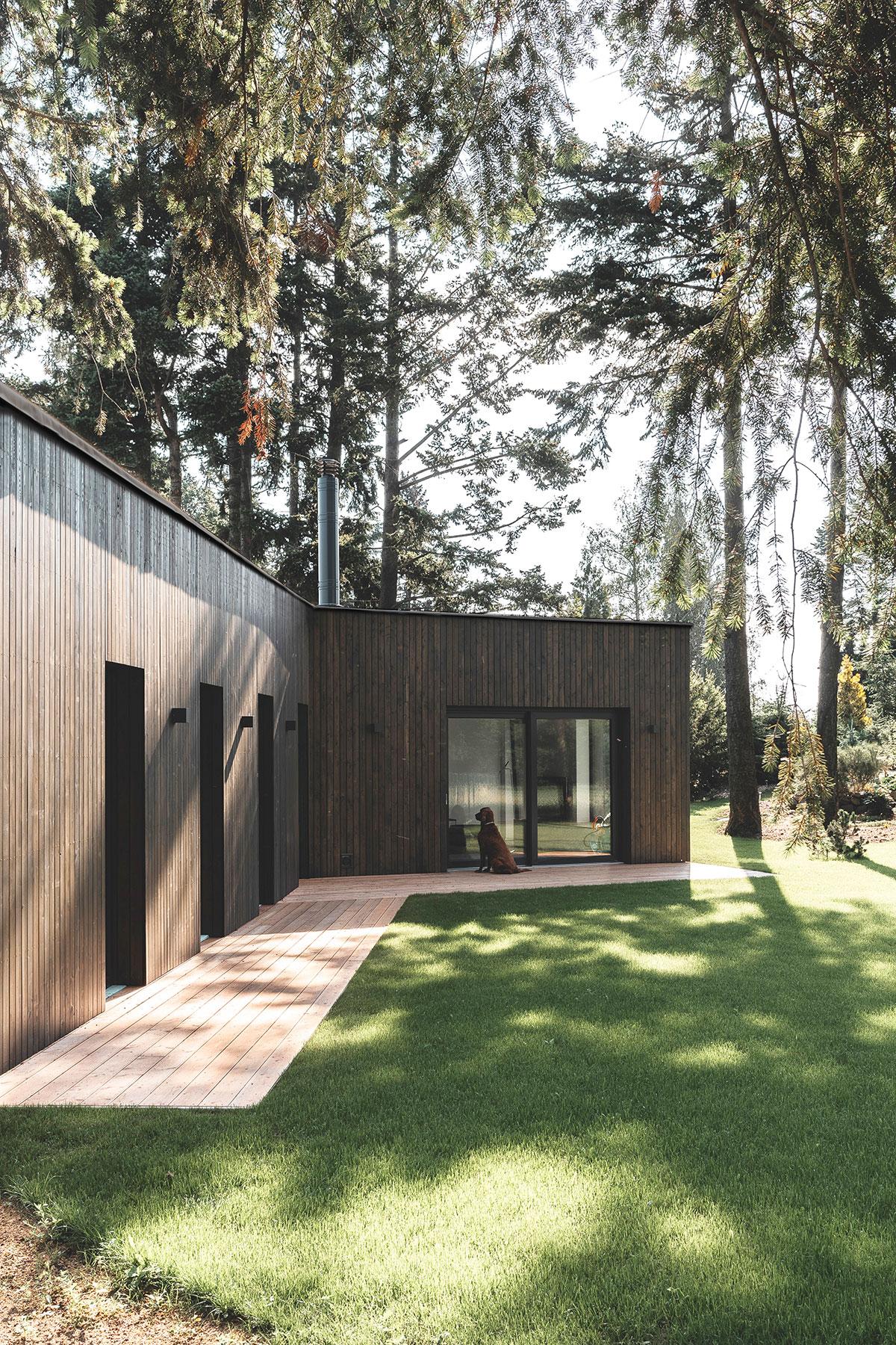 Príjemná stavba je zateplená minerálnou vatou prevetrávaná fasáda je z moreného smrekovcového dreva.