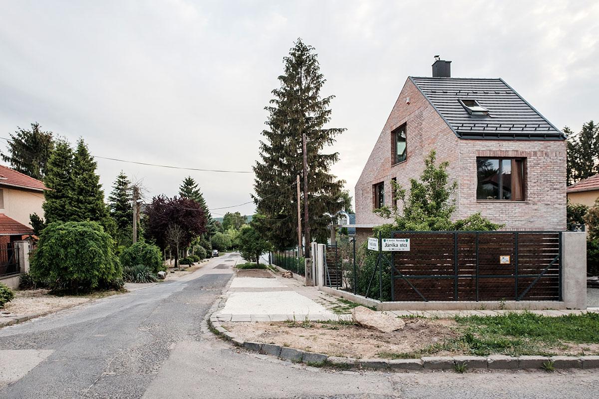 Zrekonštruovaný dom s tehlovou fasádou
