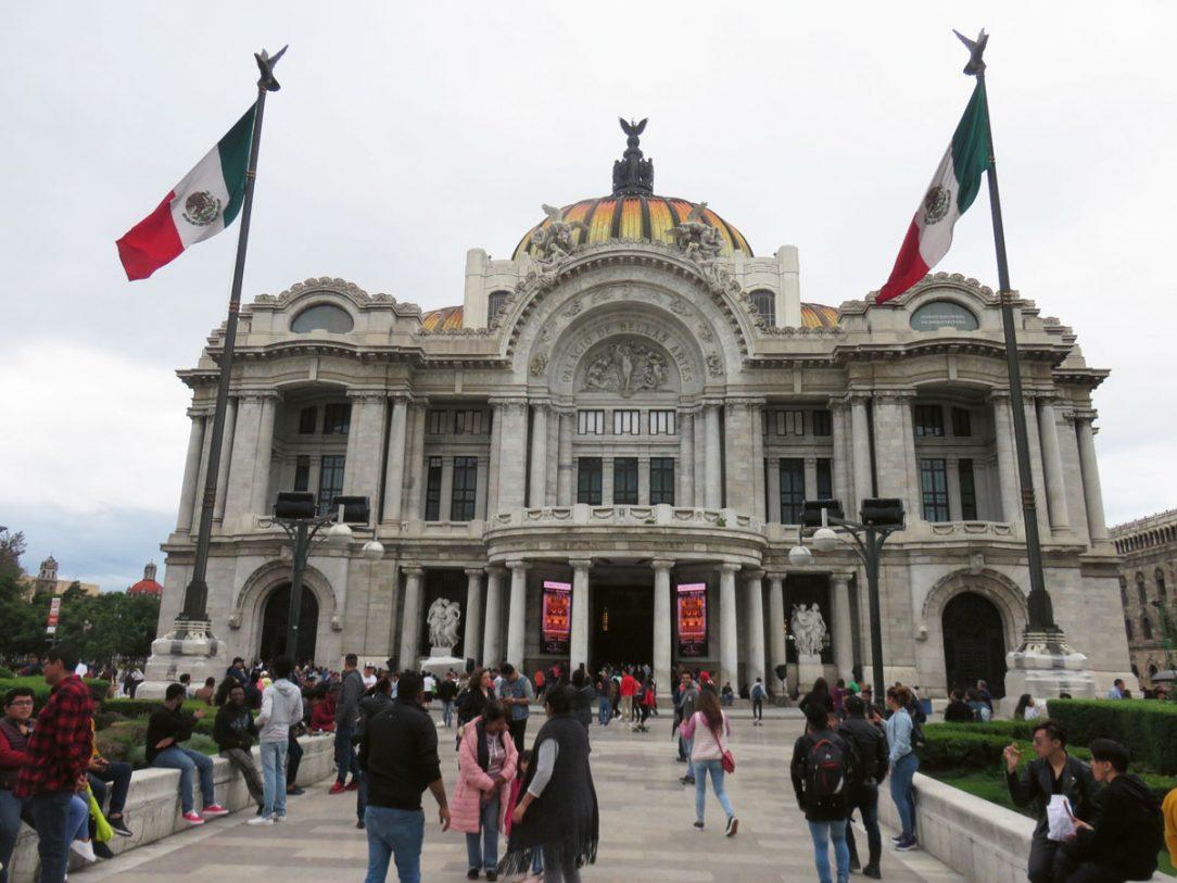 Secesná stavba Palacio De Bellas Artes oda talianskeho architekta Adamo Boariho leží v blízkosti hlavného mestského námestia Zócalo v Mexico City.