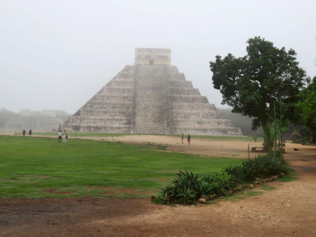 Symbolom predkolumbovskej éry Mexika sú všeobecne známe tzv. stupňovité pyramídy – kultové objekty Chichen Itza.
