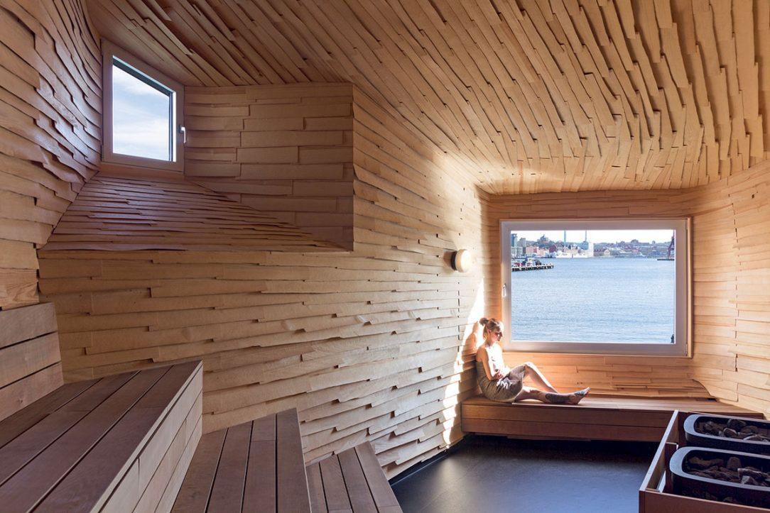 K saune patrí aj sprchovací kút na opačnom konci mosta vytvorený z recyklovaných sklenených fliaš.
