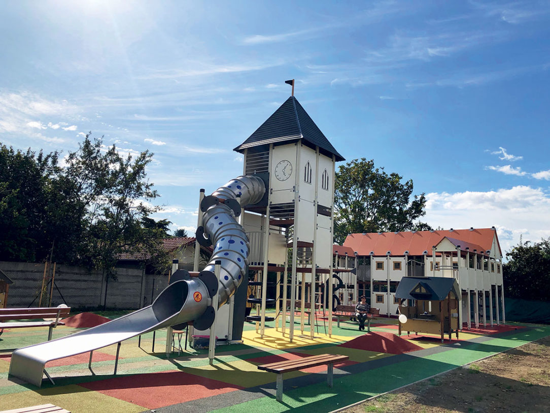 Interaktívny park je replikou historického kláštorného komplexu Majk ktorý sa nachádza v meste Oroszlány partnerskom meste Šale.