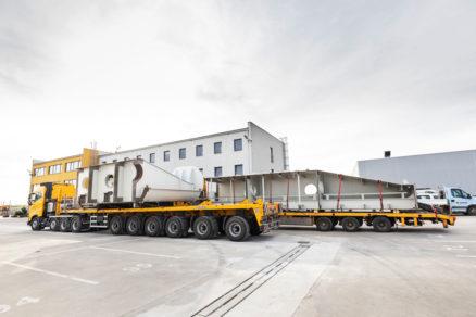 Transport nadrozmerných oceľových dielov vrát z Horných Počerníc do Gabčíkova 1