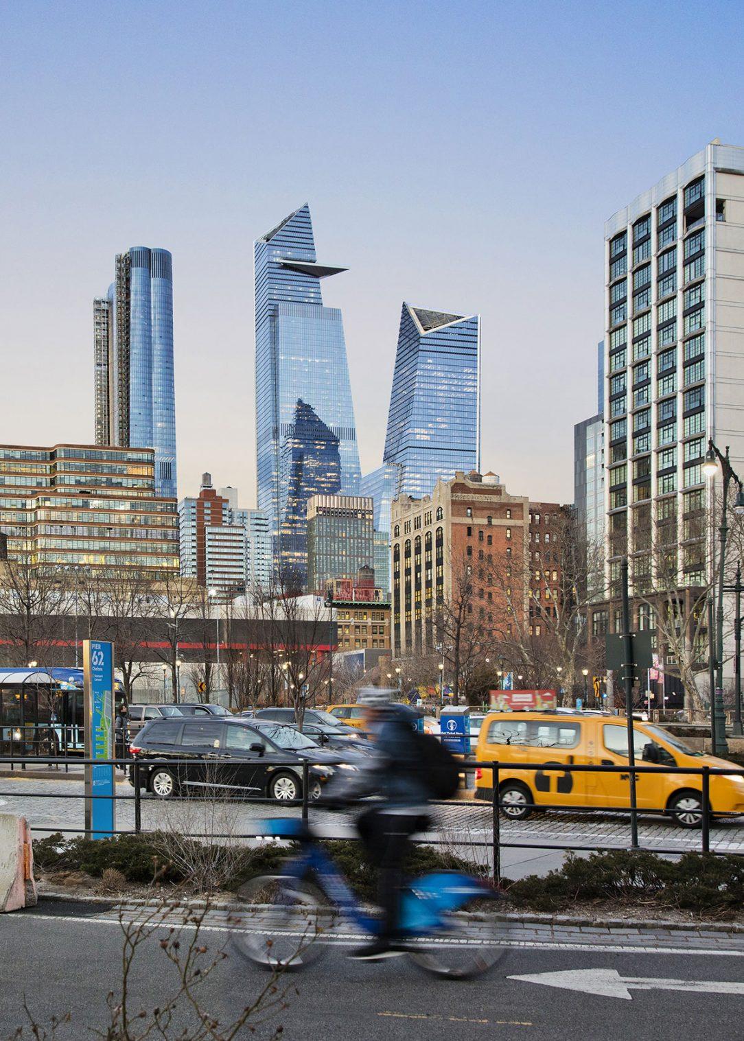 Budovy 30 Hudson Yards a 10 Hudson Yards v panoráme Manhattanu.