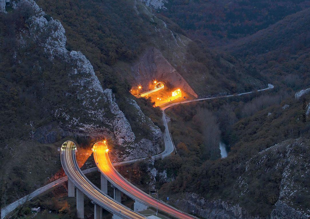 Tunnel Fahrbahn Landschaft Autos Fotolia 28586206