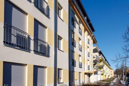 V štyroch stavebných etapách sa realizovali tri stavby s tromi až štyrmi čiastočne s piatimi poschodiami.