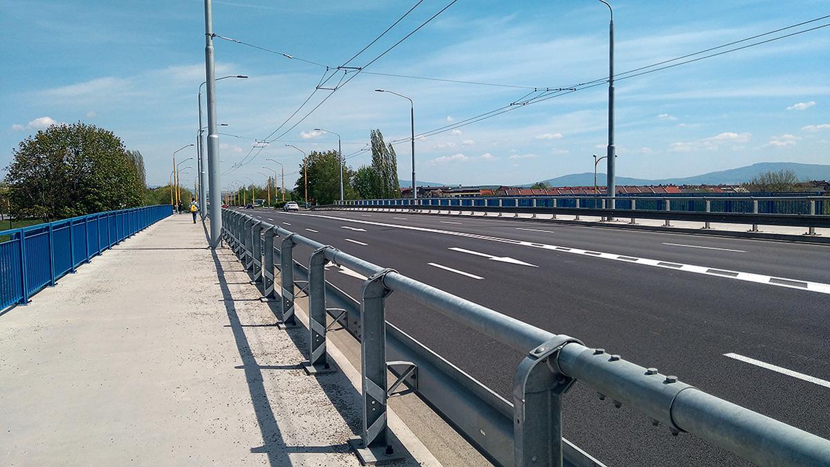 Chodník a vozovka po rekonštrukcii mosta