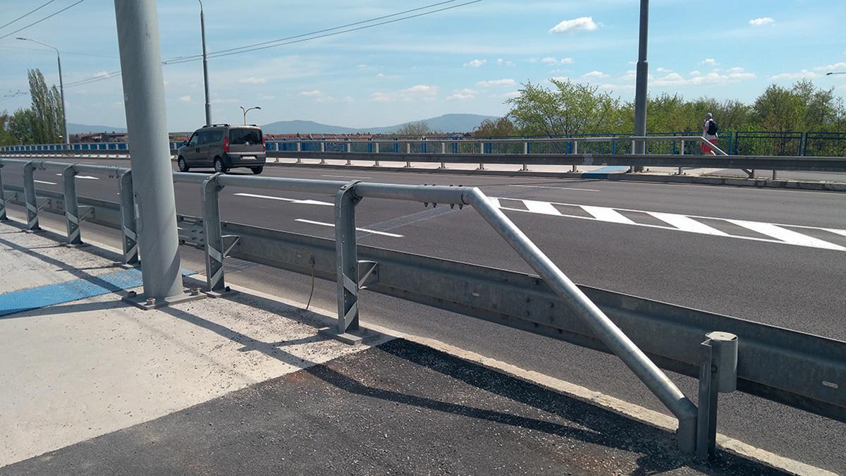 Zábradlové zvodidlo pri prechodovej oblasti mosta