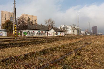 Aktuálne foto chátrajúcej stanice Filiálka v Bratislave – na pozadí sú developerské projekty: zľava Rezidencia pri Mýte, Urban Residence a vpravo v diaľke Manhattan.