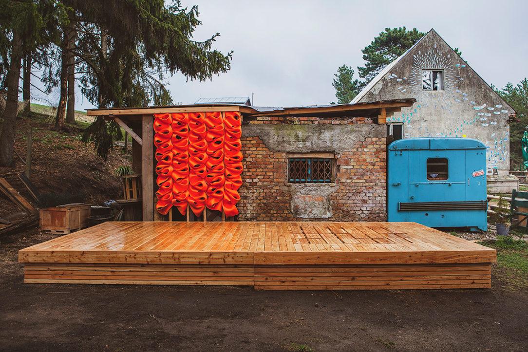 Areál Hájovne s dreveným objektom pódia a textilnou inštaláciou.