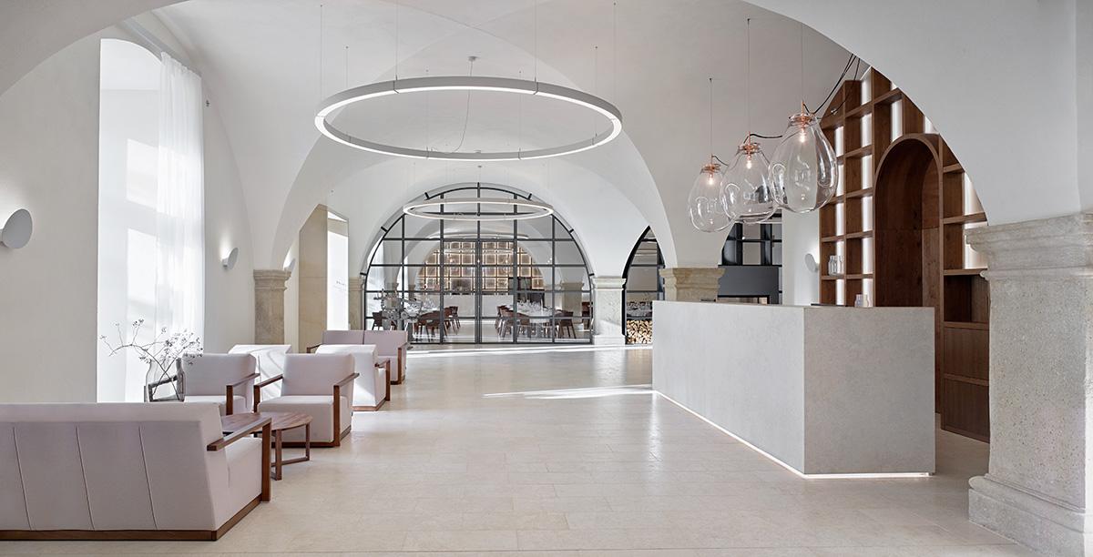 Prízemie budovy je čo najviac otvorené, aby vynikla veľkorysosť zaklenutia priestoru