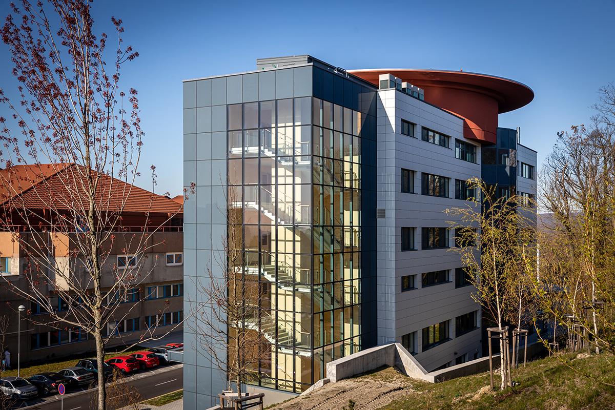 Diagnostické centrum je samostatne stojaca sedempodlažná novostavba.