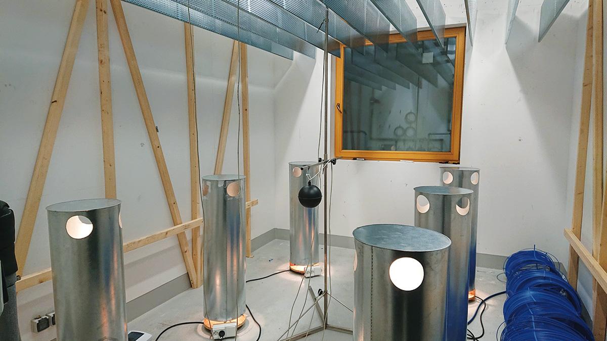 Obr. 4 Pohľad do kabíny počas merania. Na obrázku sú viditeľné plechové valcové ohrievače na simuláciu tepelnej záťaže astojan sguľovým teplomerom ateplotnými snímačmi.